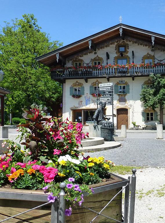 Bäckerbrunnen mit Blumenschmuck in Oberaudorf