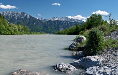 Der Fluß Inn mit Bergrücken des Kaisergebirge