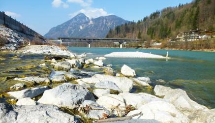 Fluß Inn mit Blick auf den Berg Kranzhorn an der bayrisch-tirolerischen Grenze