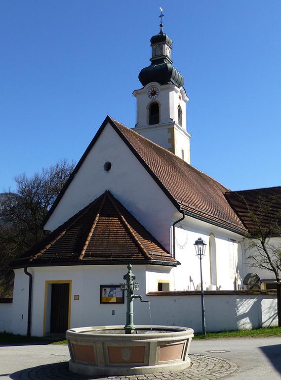 Kirche Niederaudorf mit Brunnen