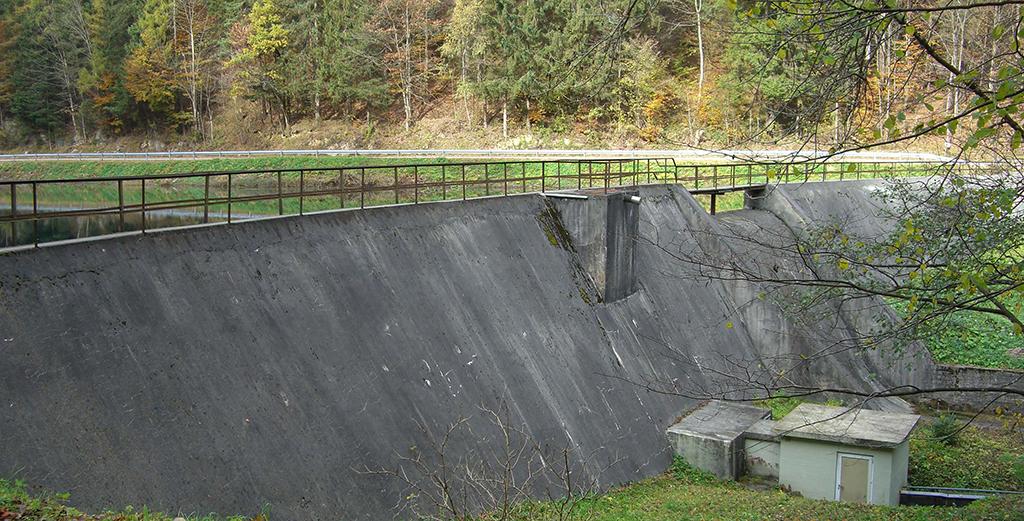 Blick auf die Staumauer am Mühlbach in Oberaudorf